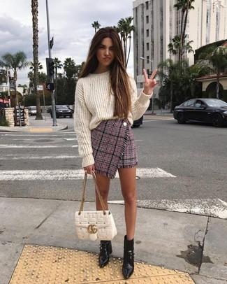Comment porter: pull surdimensionné en tricot blanc, minijupe en tweed rose, bottines en cuir noires, cartable en cuir matelassé blanc