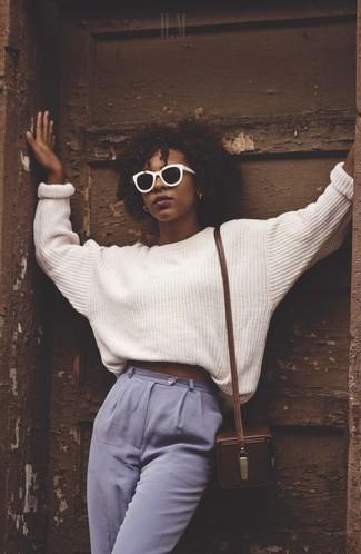 Comment porter: pull surdimensionné blanc, pantalon carotte bleu clair, sac bandoulière en cuir marron foncé, lunettes de soleil noires et blanches