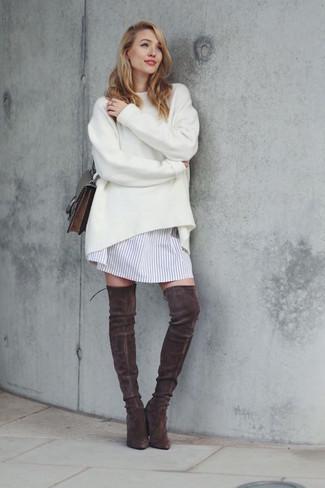 Comment porter: pull surdimensionné blanc, robe chemise à rayures verticales blanche, cuissardes en daim marron foncé, sac bandoulière en cuir marron foncé