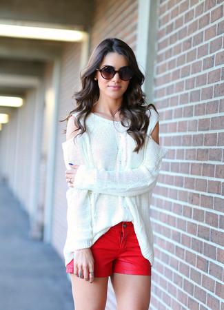 Comment porter un short en denim rouge: Porte un pull surdimensionné blanc et un short en denim rouge pour créer un look génial et idéal le week-end.