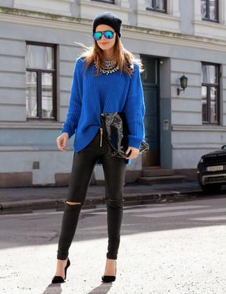 Comment porter: pull surdimensionné bleu, leggings en cuir noirs, escarpins noirs, bonnet noir