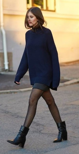 Comment porter: pull surdimensionné bleu marine, minijupe noire, bottines en cuir noires, collants résille noirs