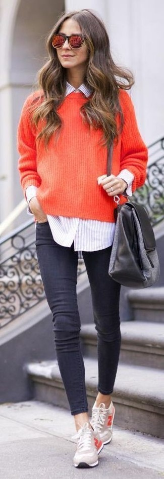 Opte pour le confort dans un pull et un jean skinny gris foncé. Assortis ce look avec une paire de des baskets basses beiges.