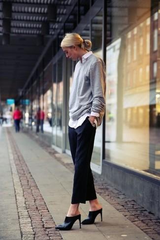 Tenue: Pull surdimensionné gris, Chemise de ville blanche, Pantalon de costume noir, Mules en cuir noires