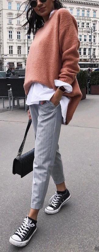 Comment porter: pull surdimensionné marron clair, chemisier boutonné blanc, pantalon slim à rayures verticales gris, baskets basses en toile noires et blanches