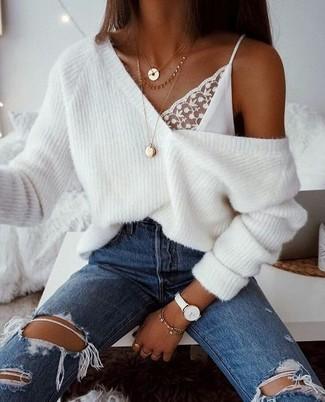 Comment porter: pull surdimensionné en tricot blanc, débardeur en dentelle blanc, jean déchiré bleu, pendentif doré