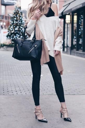 Comment porter: pull surdimensionné beige, débardeur en dentelle noir, leggings noirs, escarpins en cuir à clous noirs