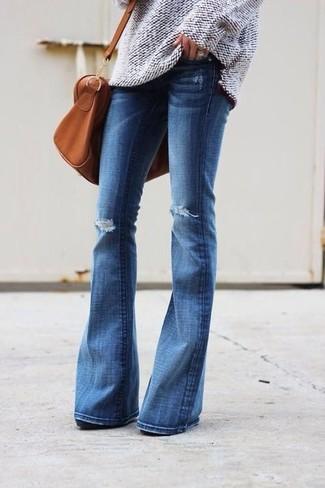 Comment porter: pull surdimensionné en tricot beige, jean flare déchiré bleu, grand sac en cuir tabac