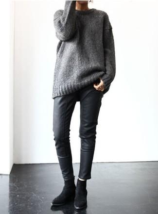 Harmonise un pull surdimensionné en tricot gris avec un pantalon slim en cuir noir pour créer un style chic et glamour. Une paire de des bottines en daim noires rendra élégant même le plus décontracté des looks.