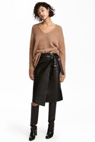 Comment porter: pull surdimensionné en tricot marron clair, jupe crayon en cuir noire, bottes hauteur genou en cuir noires