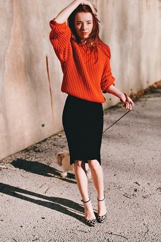 Comment porter: pull surdimensionné en tricot orange, jupe crayon noire, escarpins en daim imprimés léopard marron clair