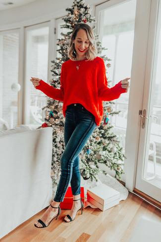 Comment porter: pull surdimensionné en tricot rouge, jean skinny bleu canard, sandales à talons en daim noires