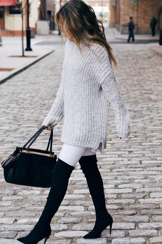 Comment porter: pull surdimensionné en tricot gris, jean skinny blanc, cuissardes en daim noires, cartable en daim noir