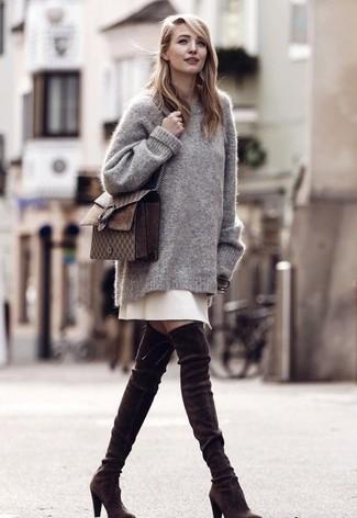 Comment porter: pull surdimensionné gris, jupe trapèze beige, cuissardes en daim marron foncé, sac bandoulière en cuir marron foncé