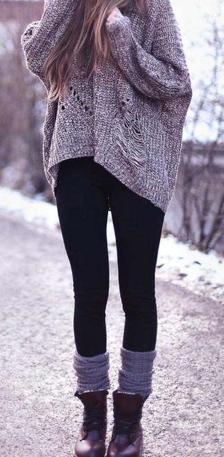 Tenue  Pull surdimensionné en tricot gris, Leggings noirs, Bottines plates  à lacets en cuir bordeaux, Chaussettes montantes grises   Mode femmes    Lookastic ... 9e82351bbfe