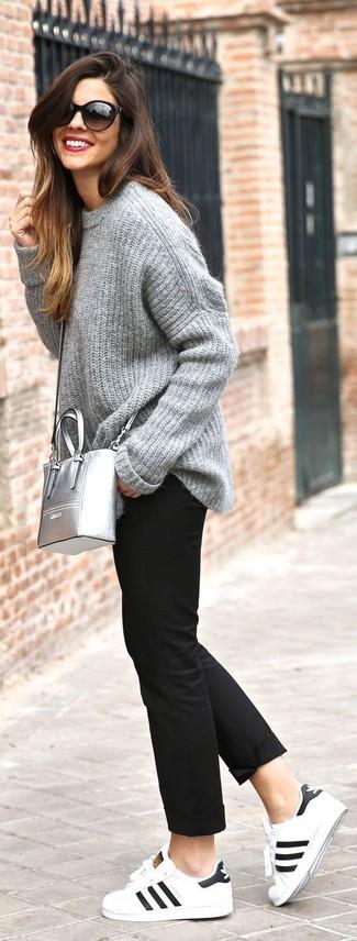 Comment porter: pull surdimensionné en tricot gris, pantalon chino noir, baskets basses en cuir blanches et noires, sac bandoulière en cuir argenté