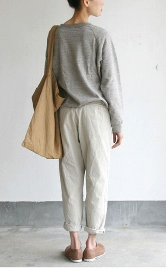 Comment porter: pull surdimensionné gris, pantalon style pyjama blanc, slippers en daim marron, sac fourre-tout en toile marron clair
