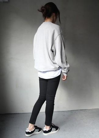 Comment porter: pull surdimensionné gris, t-shirt à col rond blanc, jean skinny noir, baskets basses noires