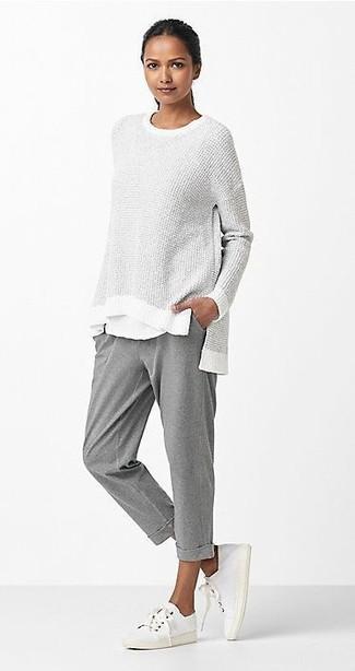 Ce combo d'un pull surdimensionné gris et d'un pantalon de jogging gris Tommy Hilfiger dégage une impression très décontractée et accessible. Jouez la carte classique pour les chaussures et choisis une paire de des baskets basses en toile blanches.