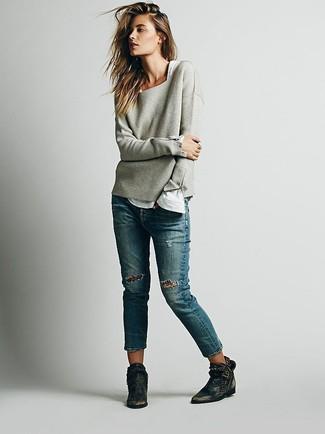 Porte un t-shirt à manche longue blanc et un jean à patchwork bleu pour une tenue idéale le week-end. D'une humeur audacieuse? Complète ta tenue avec une paire de des bottines en cuir noires.