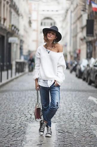 Comment porter: pull surdimensionné blanc, jean déchiré bleu, baskets montantes en toile noires et blanches, sac bandoulière en cuir multicolore