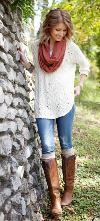 Comment porter: pull surdimensionné en tricot blanc, jean bleu, bottes hauteur genou en cuir marron, chaussettes montantes beiges