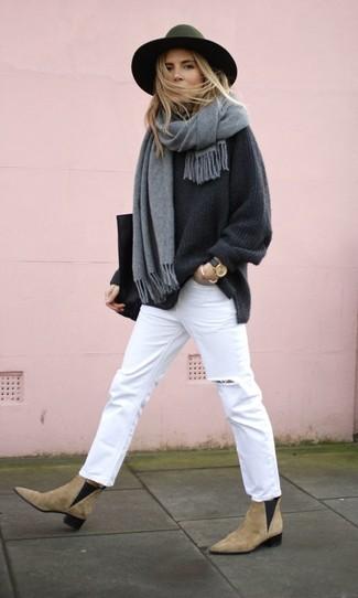 Comment porter: pull surdimensionné gris foncé, jean déchiré blanc, bottines chelsea en daim marron clair, sac fourre-tout en cuir noir