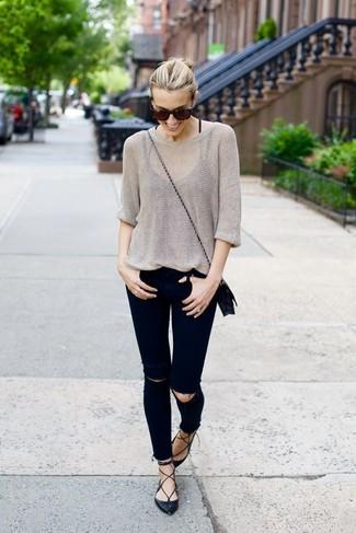 Comment porter: pull surdimensionné gris, jean skinny déchiré noir, ballerines en cuir noires, sac bandoulière en cuir noir