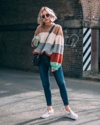 Comment porter: pull surdimensionné à rayures horizontales multicolore, jean skinny bleu canard, baskets à enfiler à carreaux blanches et noires, sac bandoulière en cuir matelassé noir
