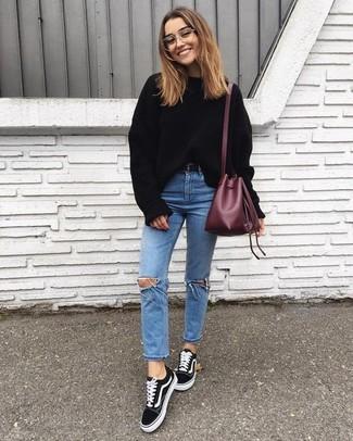 Comment porter: pull surdimensionné noir, jean skinny déchiré bleu clair, baskets basses en daim noires, sac bourse en cuir bordeaux