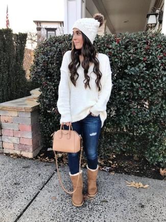 Comment s'habiller pour un style relax: Essaie d'harmoniser un pull surdimensionné en tricot blanc avec un jean skinny déchiré bleu marine pour un look idéal le week-end. Pour les chaussures, fais un choix décontracté avec une paire de des bottes ugg marron clair.