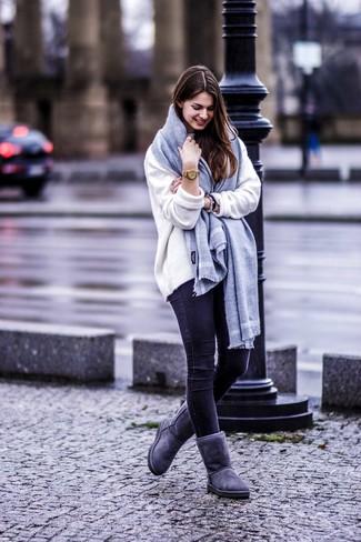 Comment porter: pull surdimensionné blanc, jean skinny noir, bottes ugg gris foncé, écharpe grise