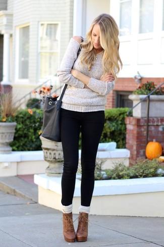 Comment porter: pull surdimensionné gris, jean skinny noir, bottines à lacets en cuir marron, chaussettes montantes blanches