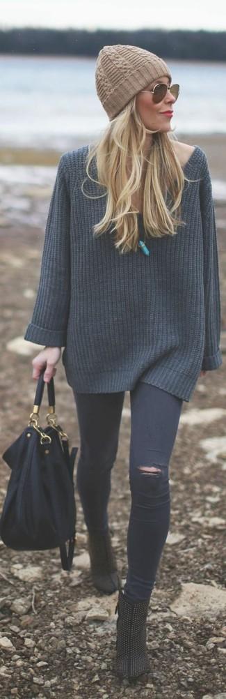 Pense à harmoniser un pull surdimensionné en tricot gris foncé avec un bonnet marron clair pour une tenue idéale le week-end. Jouez la carte classique pour les chaussures et fais d'une paire de des bottines en daim à clous noires ton choix de souliers.