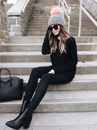 Comment porter: pull surdimensionné noir, jean skinny noir, bottines en cuir noires, sac fourre-tout en cuir noir