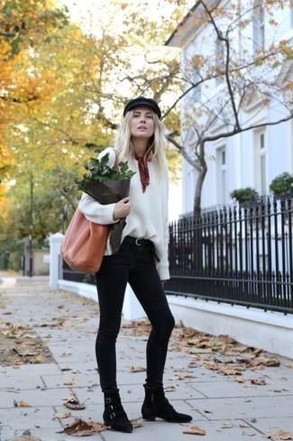 Comment porter: pull surdimensionné blanc, jean skinny noir, bottines en daim noires, sac fourre-tout en cuir tabac