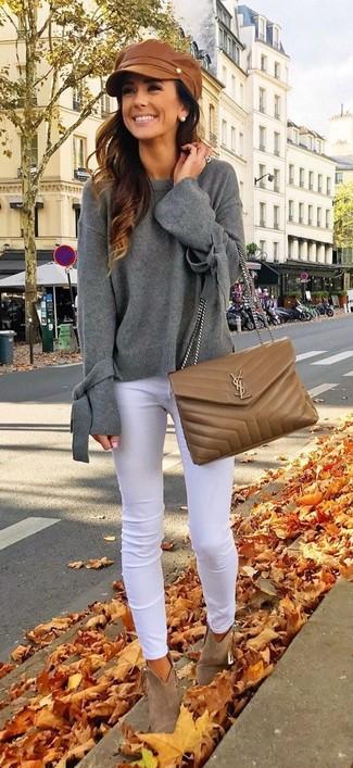 Comment porter: pull surdimensionné gris, jean skinny blanc, bottines en daim marron, sac bandoulière en cuir matelassé marron