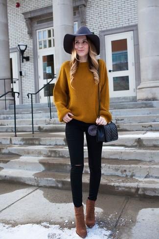 Comment porter: pull surdimensionné en tricot tabac, jean skinny déchiré noir, bottines en daim marron, sac bandoulière en cuir matelassé noir