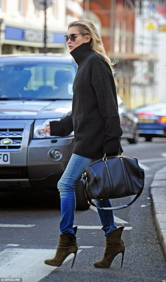 Comment porter: pull surdimensionné noir, jean skinny bleu, bottines en daim olive, grand sac en cuir noir