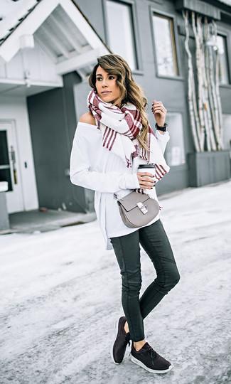 Comment porter: pull surdimensionné blanc, jean skinny en cuir noir, chaussures de sport noires, sac bandoulière en cuir gris