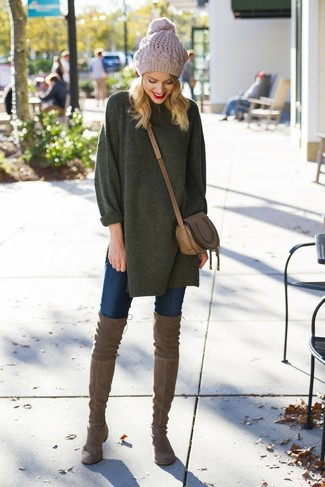Comment porter: pull surdimensionné vert foncé, jean skinny bleu marine, cuissardes en daim marron, sac bandoulière en cuir marron