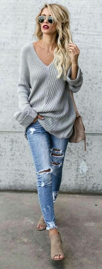 Comment porter: pull surdimensionné gris, jean skinny déchiré bleu clair, mules en daim beiges, sac bandoulière en daim marron