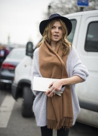 Comment porter une pochette en cuir blanche pour un style decontractés: Harmonise un pull surdimensionné en mohair gris avec une pochette en cuir blanche pour une impression décontractée.