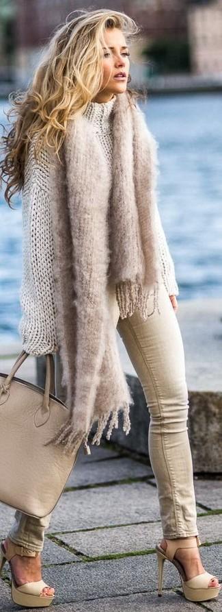 Comment porter: pull surdimensionné en tricot beige, jean skinny beige, sandales à talons en cuir beiges, sac fourre-tout en cuir marron clair