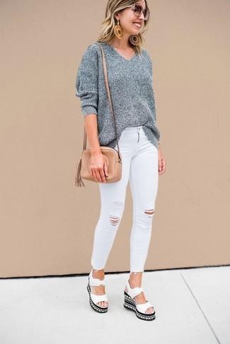 Comment porter: pull surdimensionné gris, jean skinny déchiré blanc, sandales compensées en cuir blanches, sac bandoulière en cuir marron clair