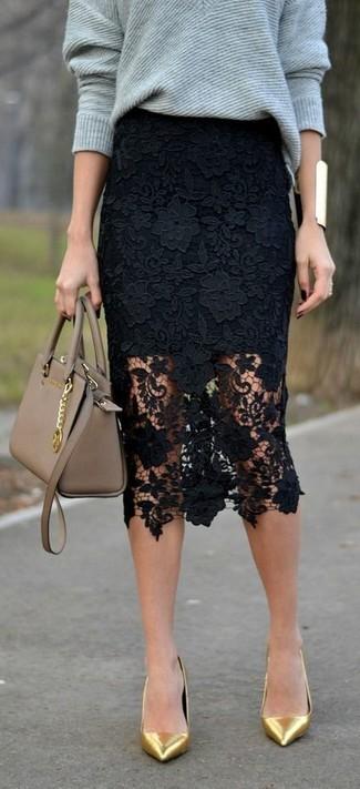 Comment porter: pull surdimensionné gris, jupe crayon en dentelle noire, escarpins en cuir dorés, cartable en cuir marron clair