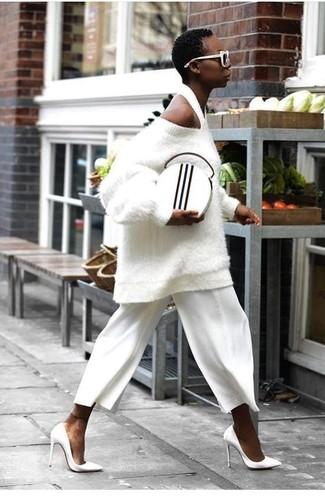 Comment porter: pull surdimensionné texturé blanc, jupe-culotte blanche, escarpins en cuir blancs, pochette en cuir blanche et noire