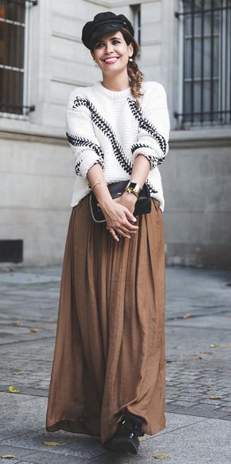 Comment porter: pull surdimensionné en tricot blanc et noir, jupe longue plissée marron, bottines plates à lacets en cuir noires, sac bandoulière en cuir noir