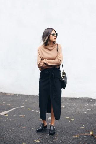 Comment porter: pull surdimensionné marron clair, jupe longue fendue noire, slippers en cuir noirs, sac bandoulière en cuir noir