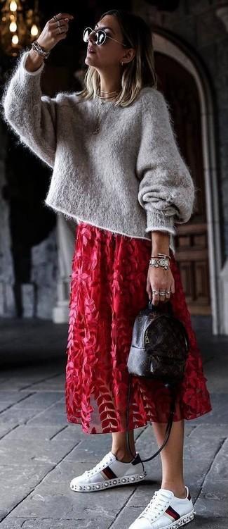 Comment porter un sac à dos en cuir imprimé marron foncé: Pense à harmoniser un pull surdimensionné en mohair gris avec un sac à dos en cuir imprimé marron foncé pour une impression décontractée. Complète cet ensemble avec une paire de baskets basses en cuir ornées blanches pour afficher ton expertise vestimentaire.